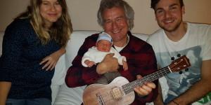 Stolz und glücklich: Anne, Ron und Opa Pingo mit MARTEN und seiner ersten Ukulele!